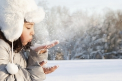 Girl-playing-in-snow